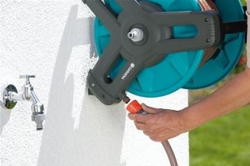 GARDENA Classic Wand-Schlauchtrommel 50 Set: Mobile Schlauchtrommel, platzsparend an der Wand montierbar und jederzeit abnehmbar, mit 20 m Schlauch, Spritze und Systemteilen (8009-20) - 4