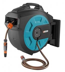 GARDENA Comfort Wand-Schlauchbox 25 roll-up automatic: Schwenkbare Schlauchtrommel, 25 m GARDENA Qualitätsschlauch, kurze Arretierstops, inkl. Wandhalterung, Systemteilen und Spritze (8023-20) - 1